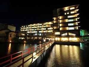 外観:桟橋から望湖楼 夜 ライトアップ(よこ)